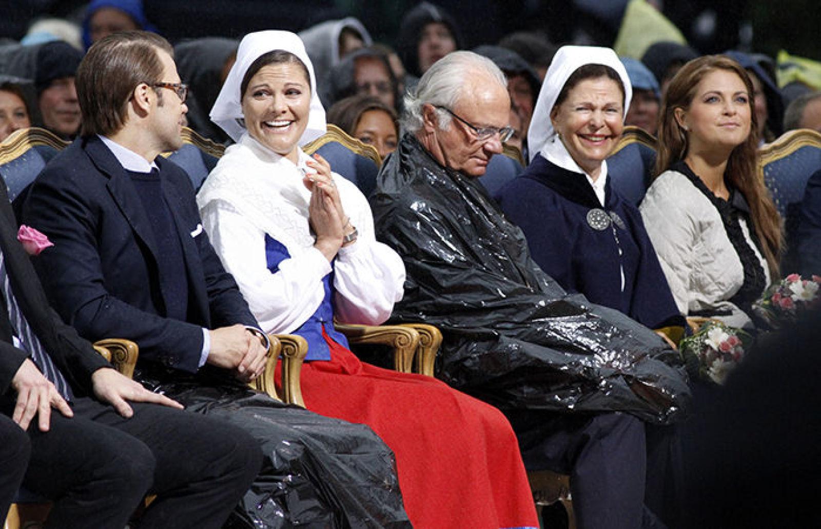 Празднования дня рождения 2010 г — и неожиданный дождь заставил королевскую семью использовать в качестве дождевика огромные черные мусорные мешки (новые, ест-но:)))