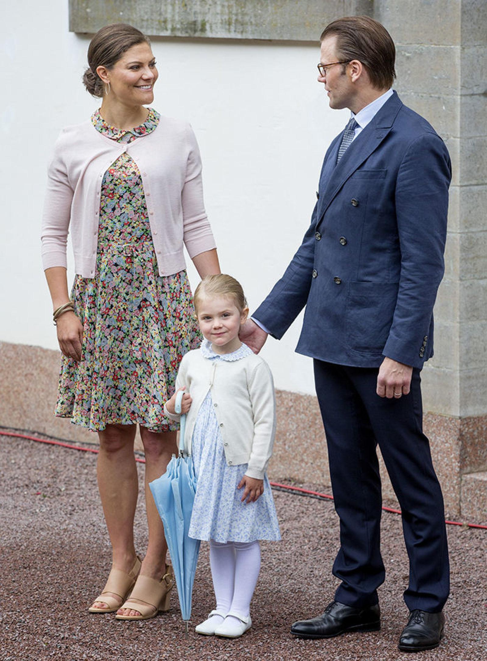 """2015 г — и хорошенькая принцесса Эстель """"украла шоу"""", когда все поздравляли маму во дворе Суллидена"""