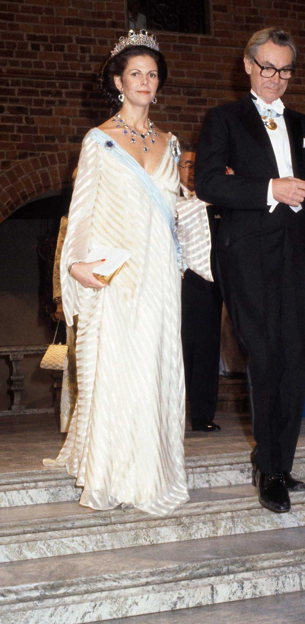 1981 г.- платье из белого шифона + любимые сапфиры, Сильвия беременна принцессой Мадлен