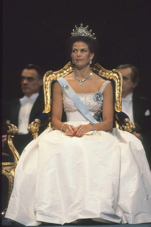 1982 г. -платье создано модельером датского королевского Дома Jørgen Bender, лиф вышит жемчугом и кристаллами, выбрана диадема королевы Софии+ бриллиантовое ожерелье