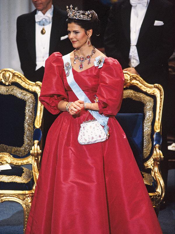 1983 г - снова даткий модельер +диадема королевы Софии и ожерелье из топазов