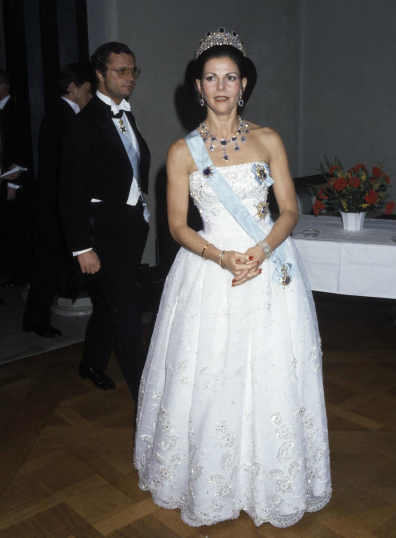1984 г - вдохновлённое образом Грейс Келли платье придворного датского модельера Jörgen Bender, расшито серебряной нитью, светло-розовым жемчугом и кристаллами