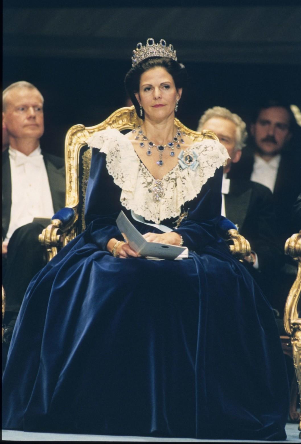 """1990 г - ателье Feliсitas в Стокгольме создало это бархатное платье приглушённого синего цвета, с брюссельскими кружевами и длинным рукавом - королева выбрала модель по причине ухода из жизни её отца в этом году. Тяжёлый бархат и ощущение """"викторианской """" эпохи..."""