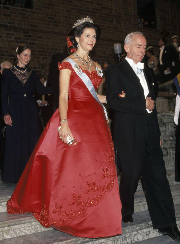 1991 г- снова датский дизайнер, платье из шёлка украшено вышивкой - но максимальнео внимание привлекли, пожалуй, красные орхидеи в причёске королевы