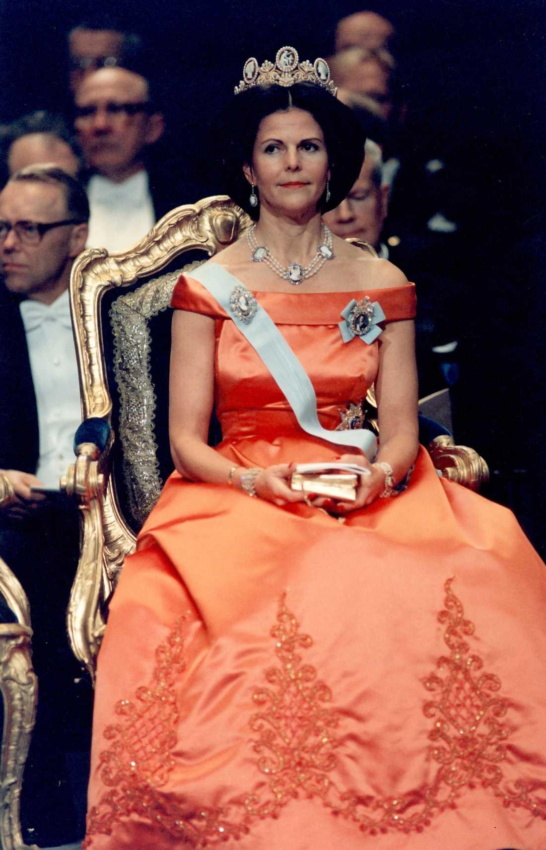 1992 г - шёлковое платье с вышивкой, королева впервые использует на Нобелевских торжествах диадему с камеями