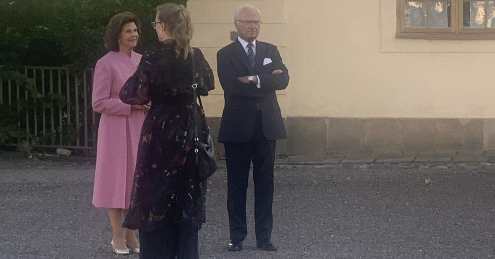 Один из зрителей поделился любительским фото королевской пары  на этом вечернем представлении , здесь в антракте
