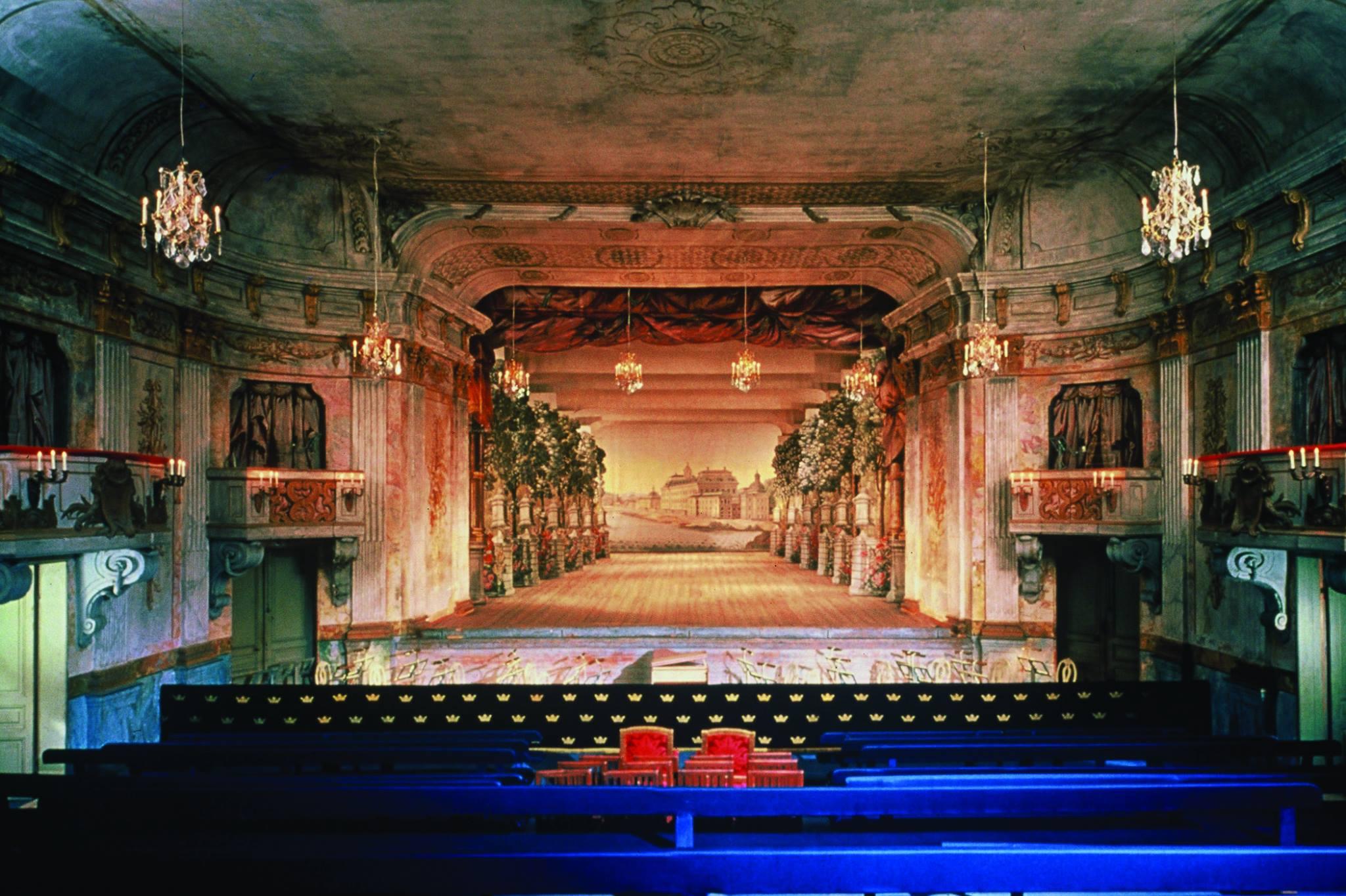Зал театра, построенного в 1766 г, был бережно отреставрирован в 2004 г.