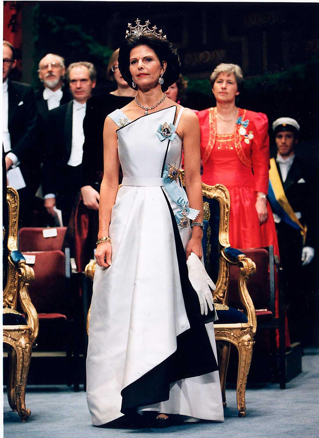 1994 г- созданно швейцарским  модельером Jaques Zehnder, работатающим в Париже - и вдохновлённым Баленсиагой