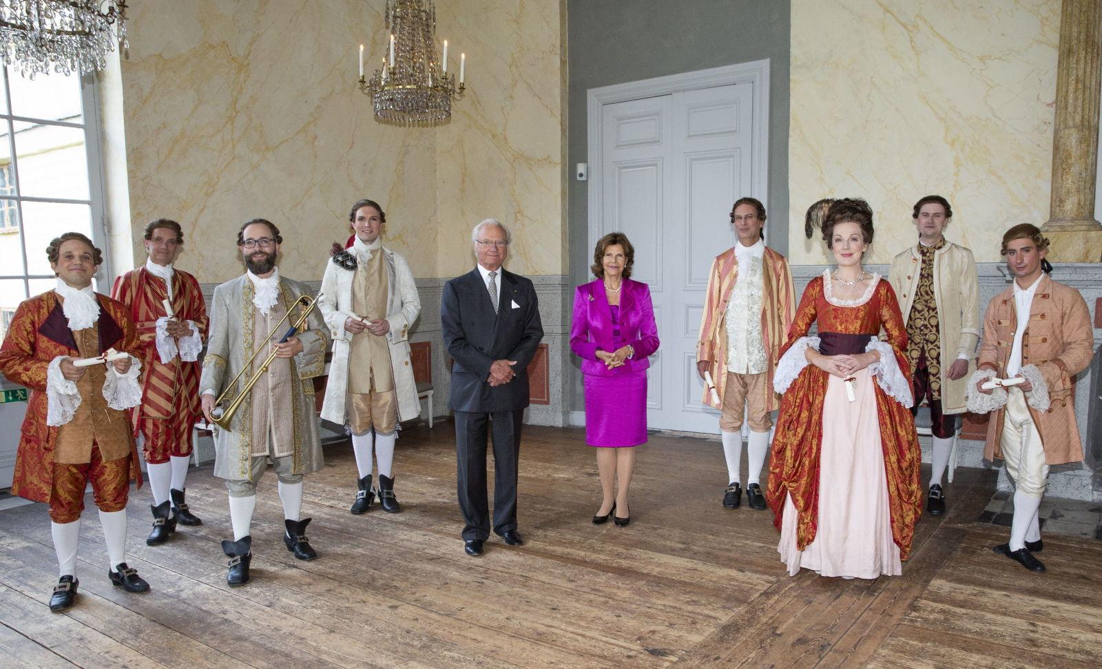 Королевская пара поблагодарила артистов театра ( одетых по моде 17 века)