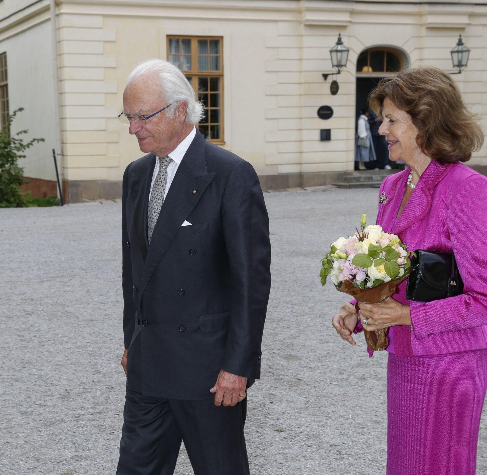 Королевская пара направляется из своего дома ( дворец Дроттнигхольм) в придворный театр там же