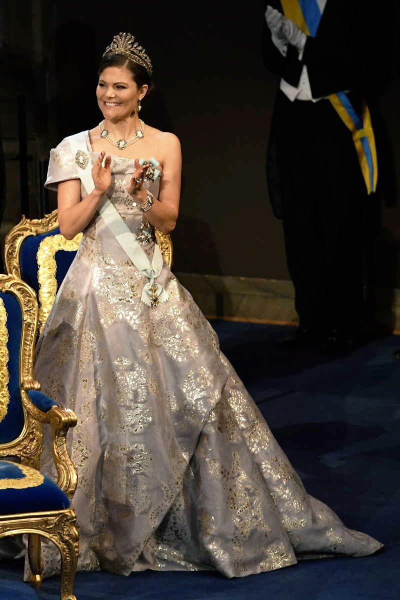 """2016 г - Виктория выбрала более бюджетный вариант - сшитое для неё платье от H@M, из ткани лиоцелл и экологического шёлка, к нему - """" стальную"""" диадему, прочие украшения из гарнитура с камеями"""