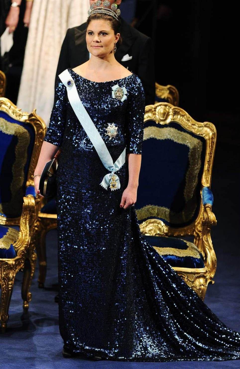 2011 г - блестящее платье полночной синевы от Pär Engsheden скрывает беременность:), к образу была выбрана большая knappdiademet ( диадема Karl Johan)