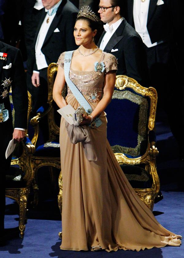 """2010 г - """"песочное"""" платье с аппликациями от Elie Saab, к нему была выбрана """"стальная"""" диадема"""