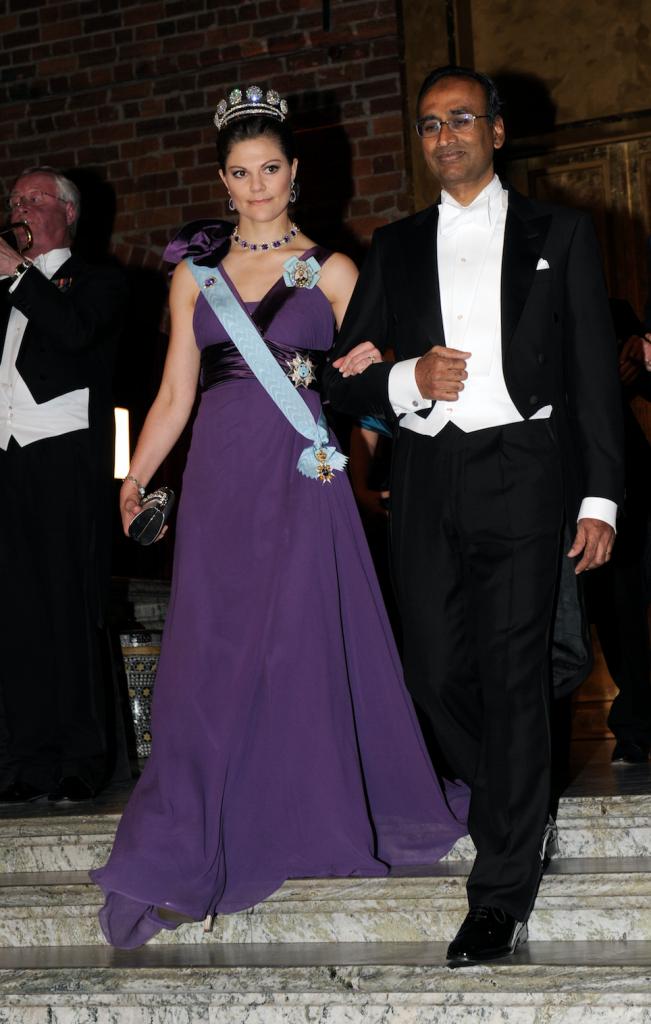 2009 г - тёмно-лиловое платье от Elie Saab, к нему диадема Karl Johan