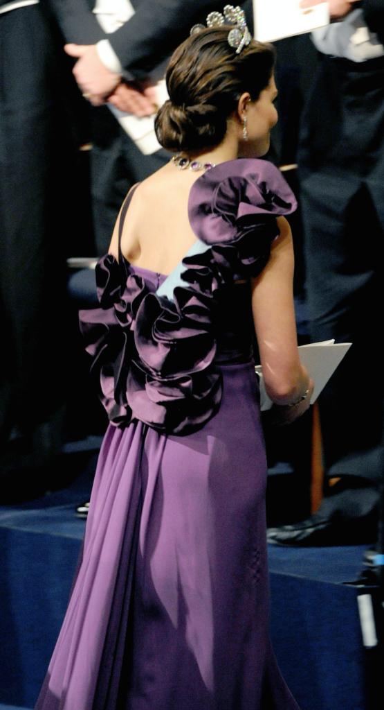 вид этого тёмно-лилового платья от Elie Saab сзади:)