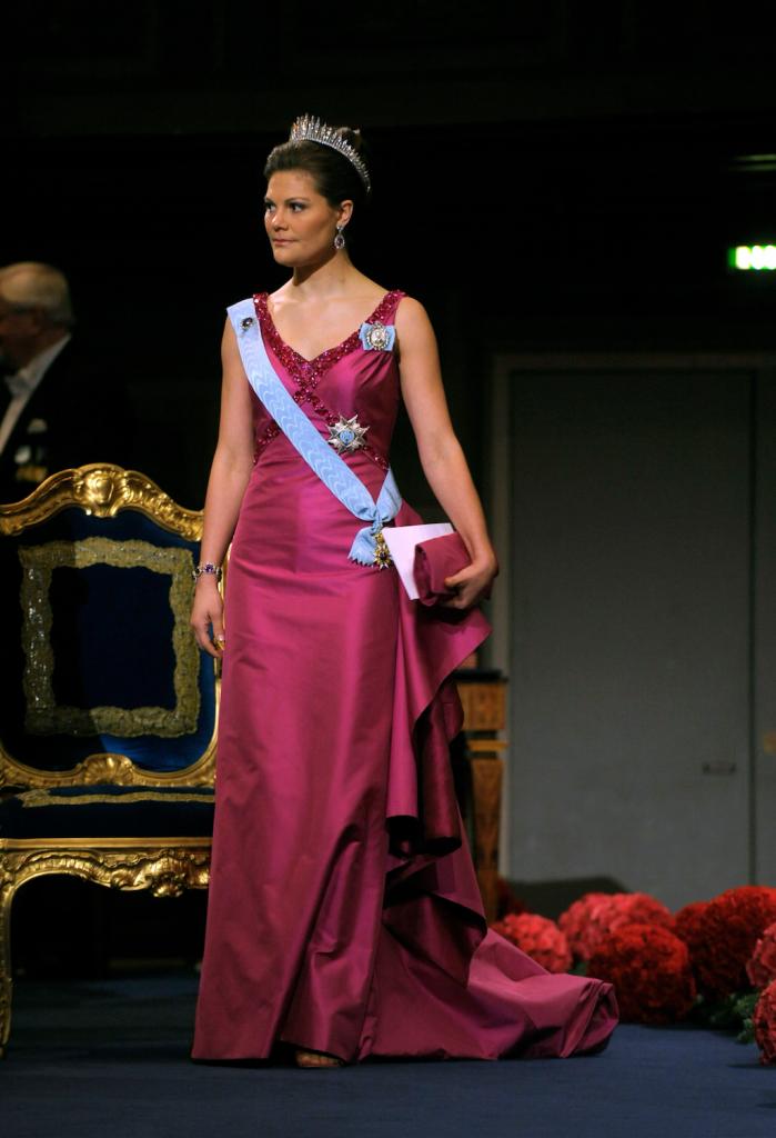 2008 г - шёлковое платье от шведского дизайнера Pär Engsheden, с такого же цвета шёлковым клатчем и босоножками