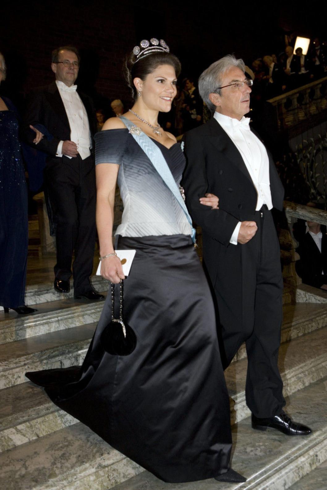 2007 г- шифоновое платье в белых, серых и чёрных тонах от шведского модельера Pär Engsheden