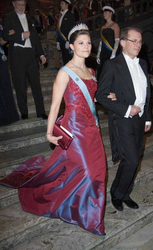 2006 г- шёлковое красное платье от шведского модельера Lars Wallin отсвечивает лиловым при малейшем движении, и одно из любимых у Виктории, она позднее использовала неоднократно это платье