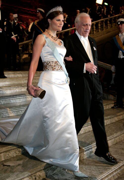2005 г - снежно-белое платье с вышитой, чётко маркированной талией