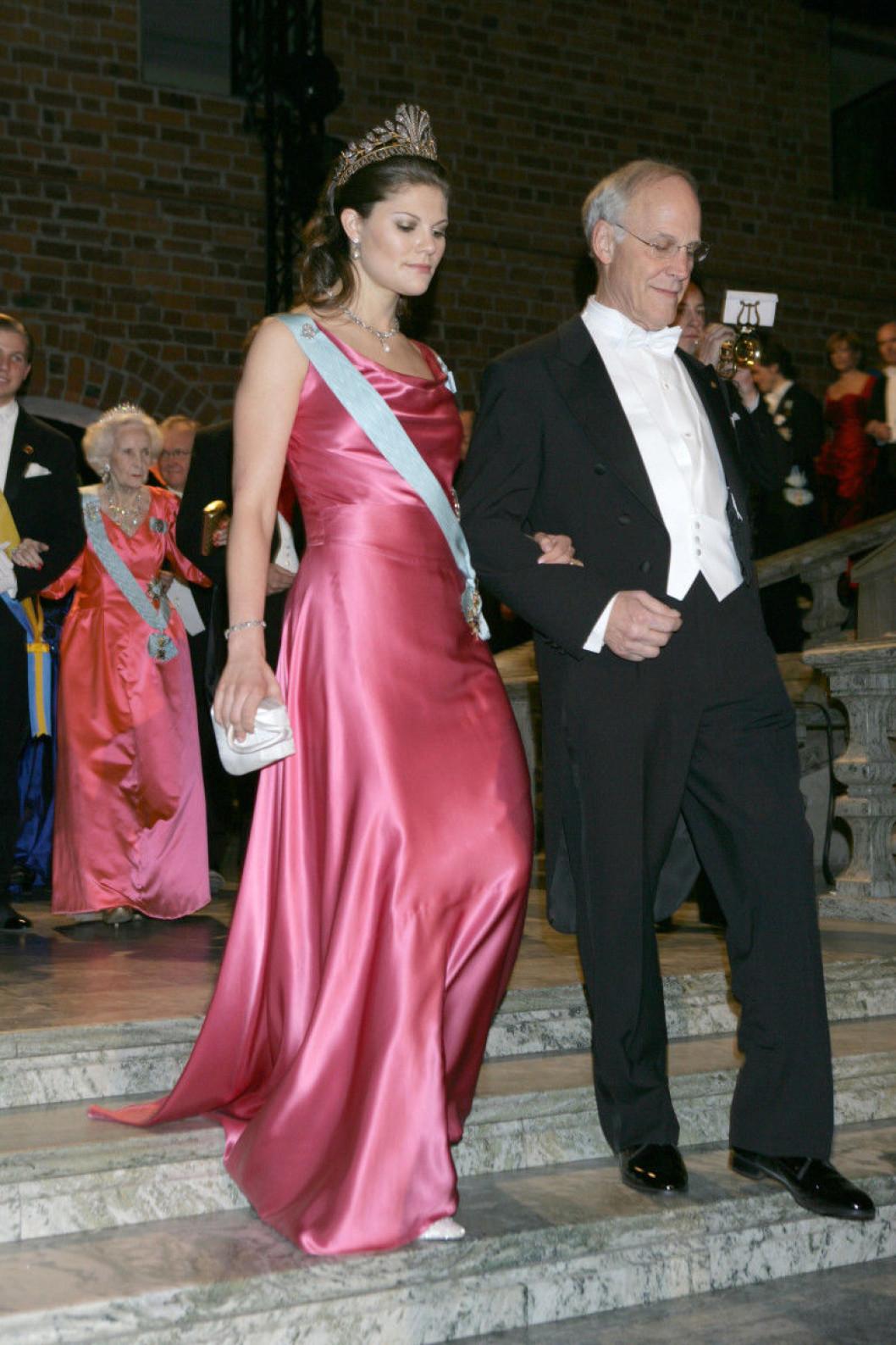 """2004 - Виктория выбрала платье более простой модели, без деталей, из розового шёлкого сатина + """"стальная"""" диадема"""