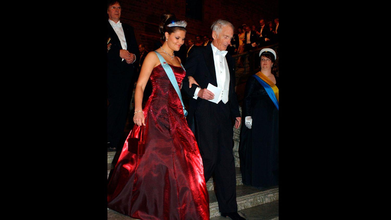 2001 г - платье из красного шёлкого сатина от  Lars Wallin, с такой же сумочкой