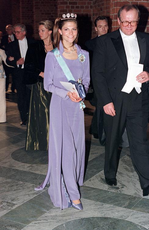 1997 г - платье цвета лиловой сирени( лиловой лаванды?), модельер Göran Alfredsson.
