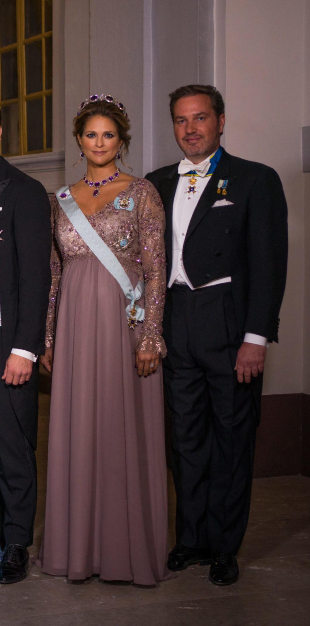 """Нобель 2017 г , Мадлен с супругом. принцесса  выбралав платье """"имперского стиля"""" цвета """"пыльной розы"""" от Seraphine, с аметистовой диадемой и соответствующим ожерельем. По причине не очень хорошего самочувствия в конце своей третьей беременности Мадлен была только на награждении лауреатов в Konserthuset и отсутствовала на банкете"""