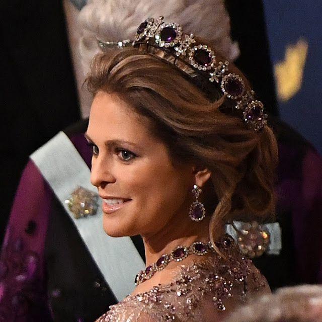 2017 г. ( http://www.thecourtjeweller.com/2017/02/the-napoleonic-amethyst-parure-tiara.html )