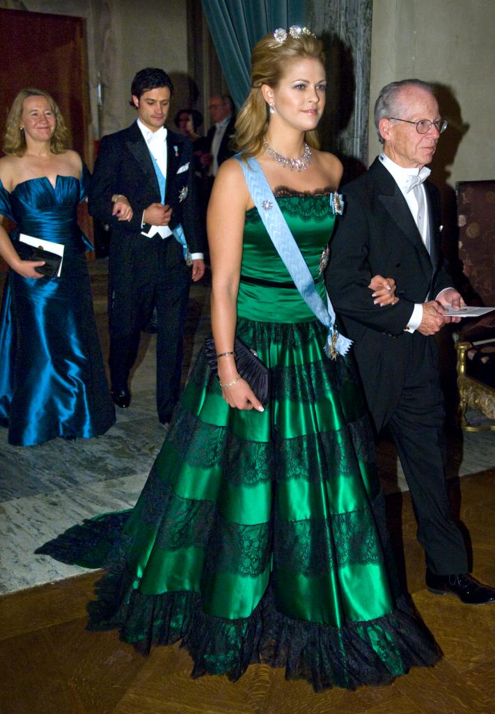 """2009 г, зелёное платье с чёрными кружевами от шведского модельера Linda Nurk , платье в прессе некоторые """"ласково"""" назвали """"ёлкой """", в волосах малая """" кнопочная """" диадема (  knappdiademet)"""