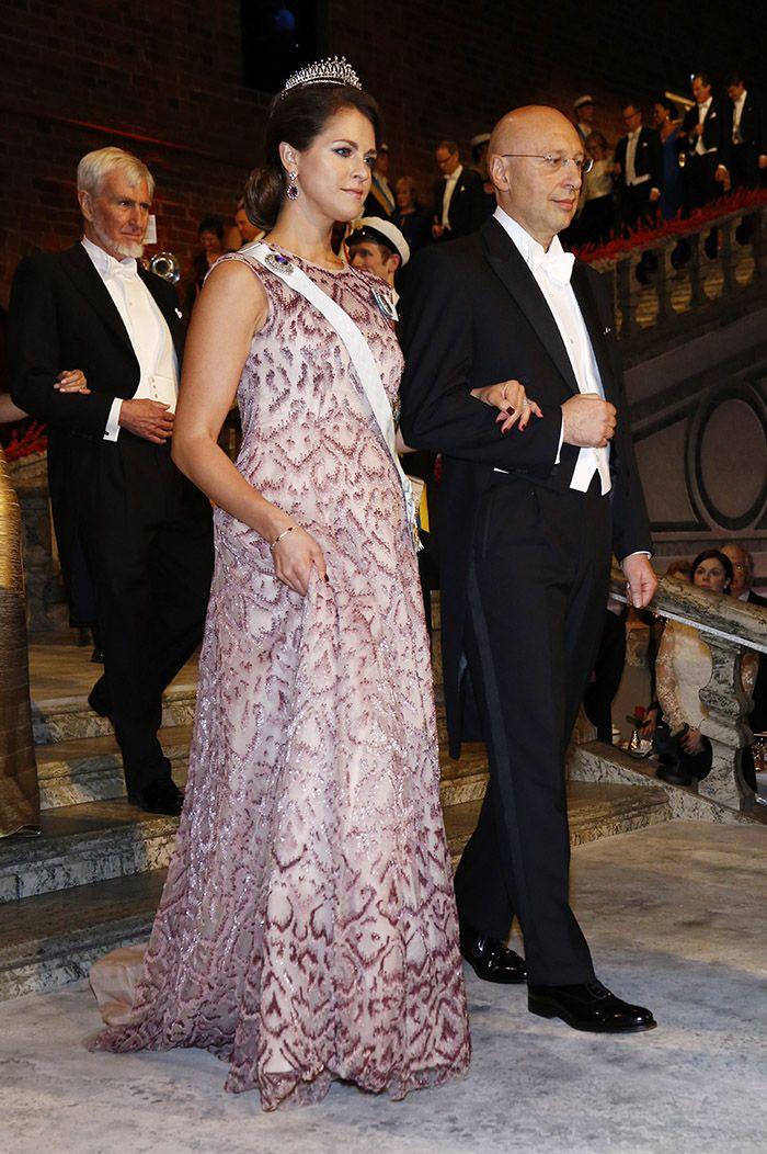 Нобель 2014 г, ждущая второго ребёнка Мадлен выбрала платье без фиксированной талии от Fadi el Khoury -  вышивка жемчугом и палетками весит 15 кг )