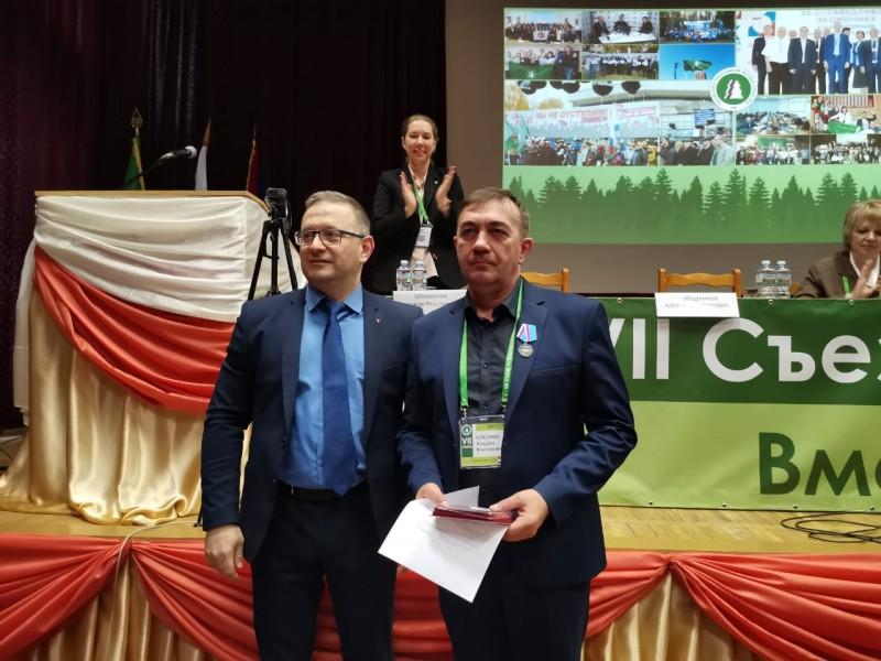 На фото: А.В. Шершуков, зампред ФНПР, и А.В. Кокорин, председатель Пермского обкома Рослеспрофсоюза, на вручении наград ФНПР на VII Съезде Рослеспрофсоюза в апреле 2021 года.