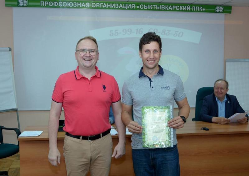На фото: А.Г. Смирнов, председатель Коми рескома Рослеспрофсоюза, и В.А. Ермаков, председатель Молодёжного совета АО Монди СЛПК и молодёжного Совета Рослеспрофсоюза.