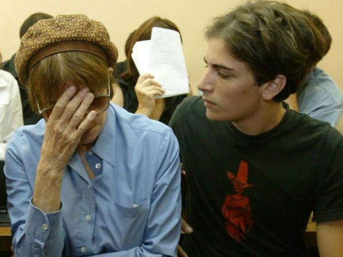 Мать Мари Надин Трентиньян на суде с внуком Романом - сыном Мари.jpg