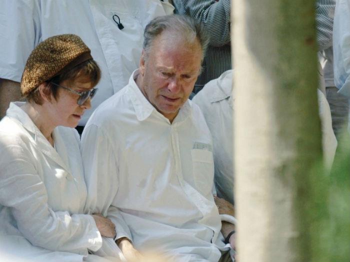 Родители Надин Трентиньян на её похоронах.jpg