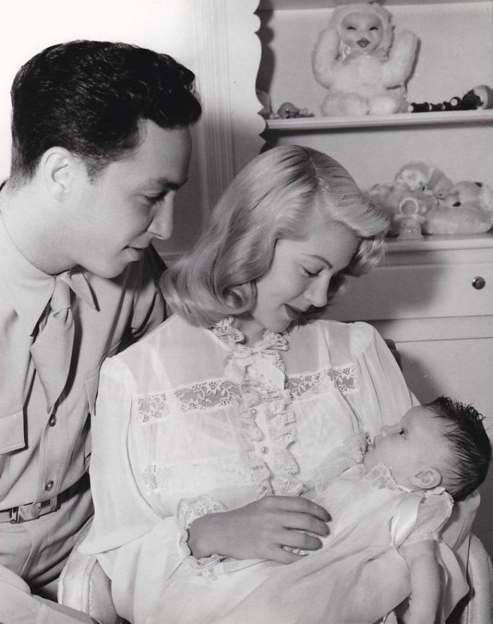 Лана Тернер - Стивен Крейн и новорожденная Шерил -  1943.png