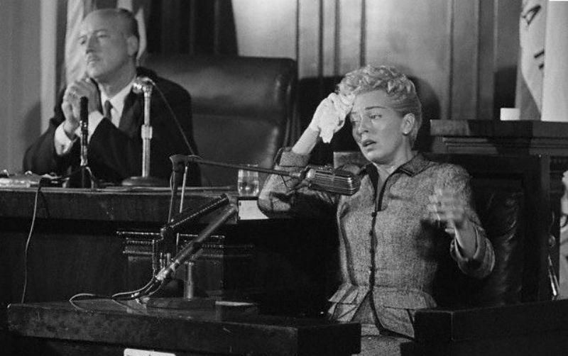 Лана Тёрнер даёт показания в суде.jpg