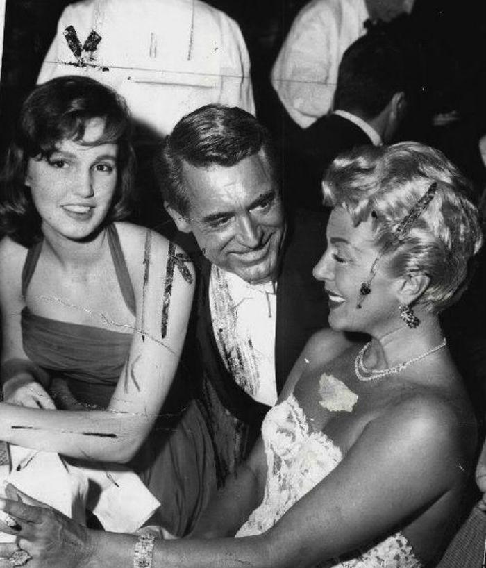 Лана Тёрнер с дочерью и Кэри Грантом на церемонии вручения Оскар - 1958.jpg