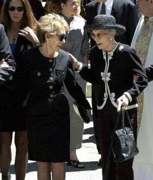 Джейн Уайман - на похоронах Рональда Рейгана - 2004 (вместе с Нэнси Рейган).jpg