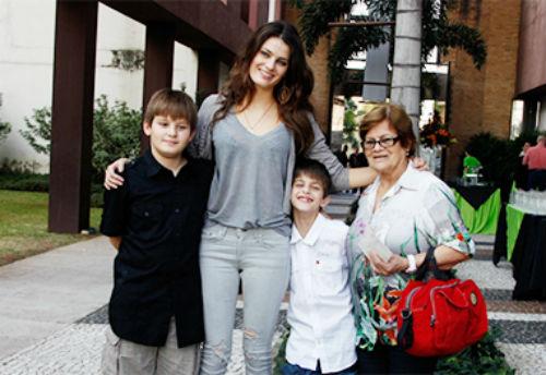 Изабели Фонтана с детьми и матерью.jpg