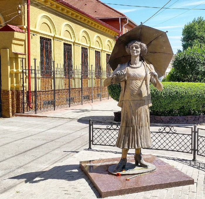 Скульптура Фаины Раневской в Таганроге.jpg