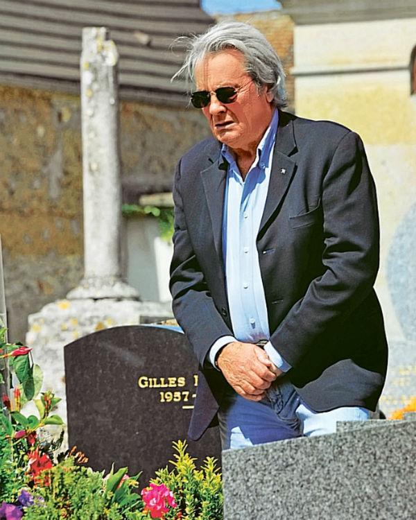 Ален Делон на могилн Роми Шнайдер.jpg