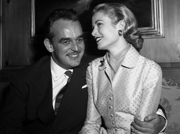 Грейс и Ренье в доме будущей принцессы в Филадельфии на следующий день после объявления их помолвки - 5 января 1956.jpg