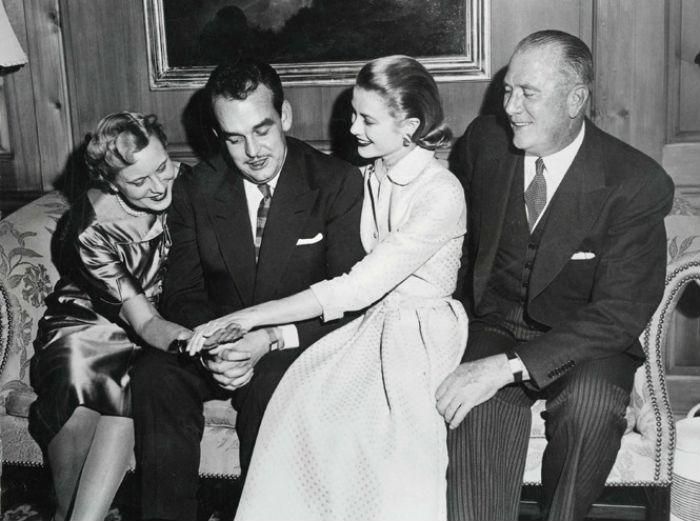 Грейс и Ренье в доме будущей принцессы в Филадельфии с ее родителями на следующий день после объявления помолвки - 5 января 1956.jpg