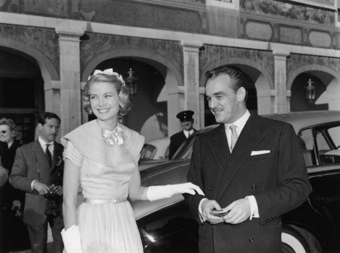 Грейс Келли и князь Ренье незадолго до своей свадьбы принимают поздравления - 18 апреля 1956.jpg