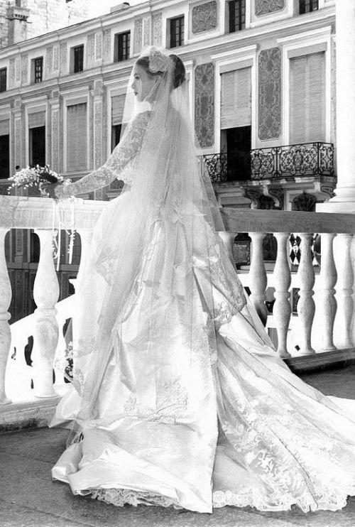 Грейс Келли в свадебном платье на балконе.jpg