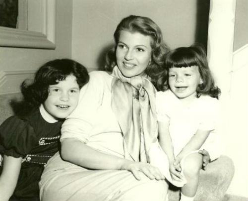 Рита Хейворт с дочерьми.jpg