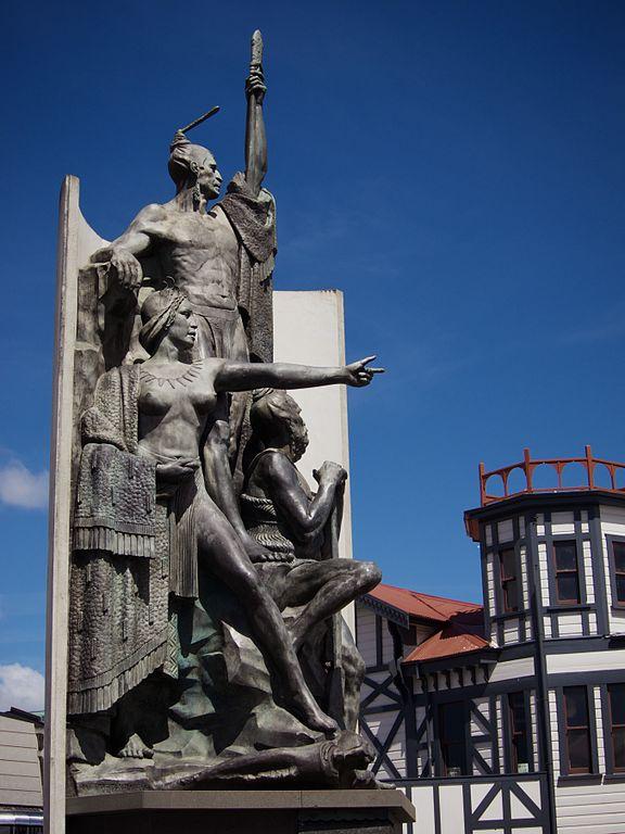 02- 576px-Kupe_Group_Statue