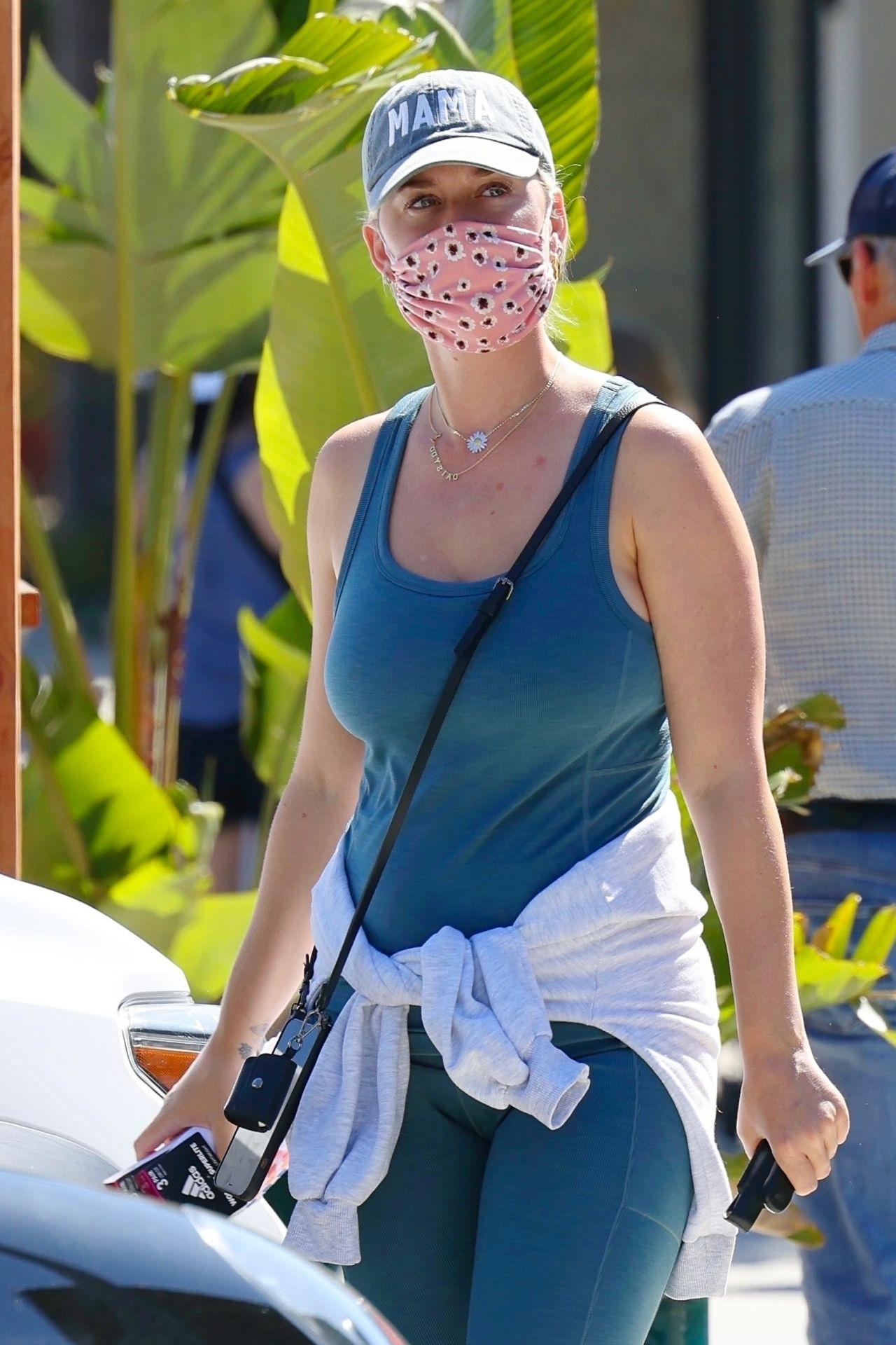 Американская 36-летняя певица Кэти Перри на шоппинге в Санта-Барбаре (29.03.2021)