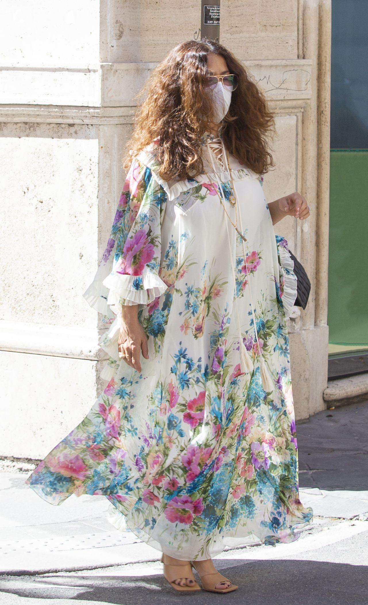Мексикано-американская 54-летняя актриса Сальма Хайек в Риме (02.04.2021)