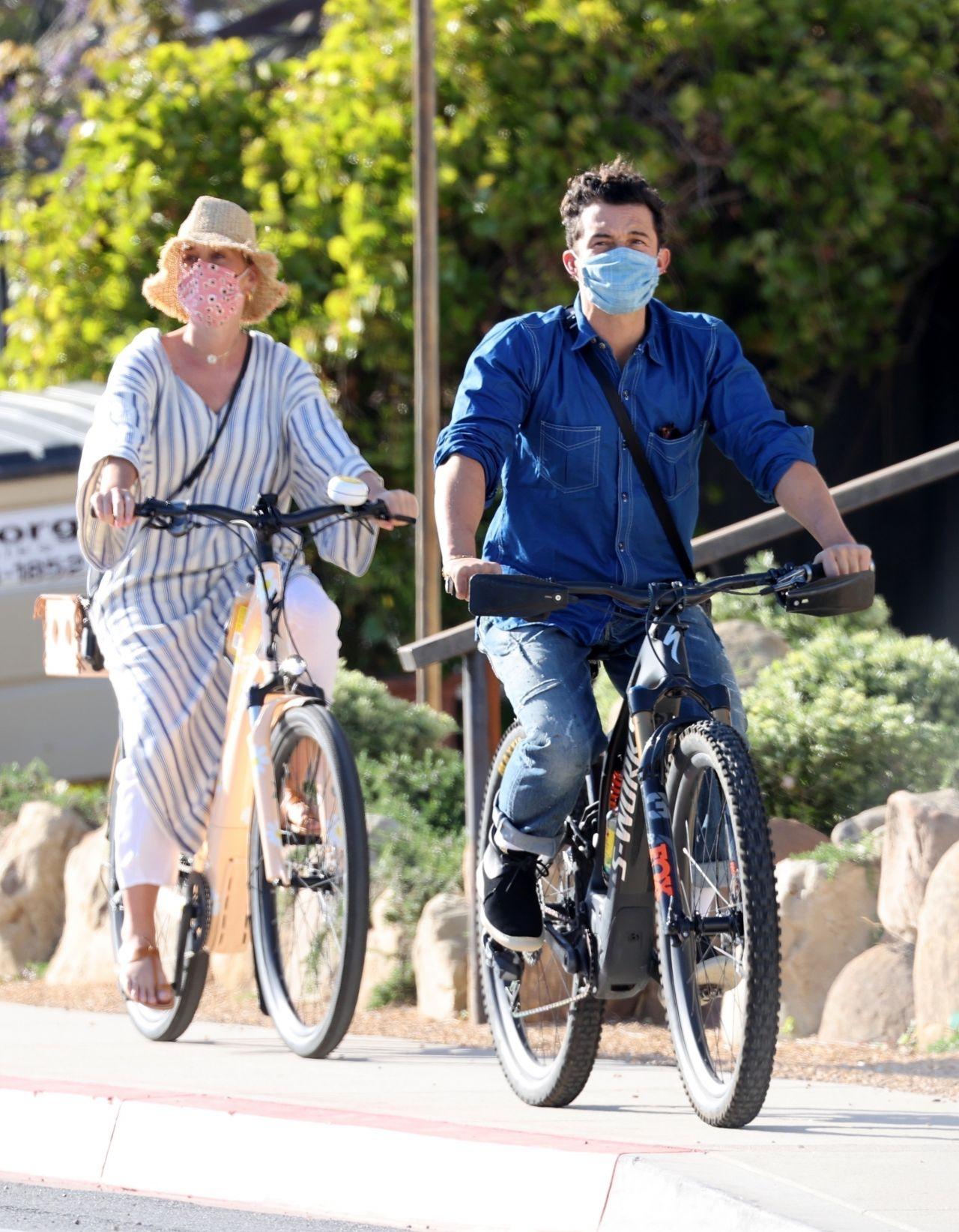 Американская 36-летняя певица Кэти Перри и английский 44-летний киноактёр Орландо Блум на велопрогулке в Санта-Барбаре (08.04.2021)